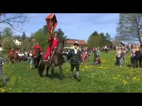 شاهد ألمان يُحيون عيد الفصح بتقليد يعود تاريخه إلى القرن الـ 19