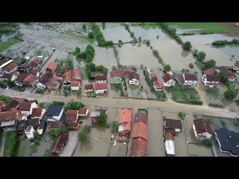 شاهد منازل وقرى البوسنة تغرق في مياه الفيضانات