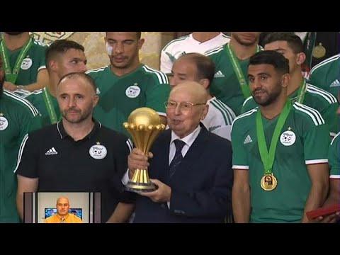 الرئيس التونسي يمنح محاربي الصحراء أعلى وسام استحقاق