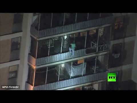 رجل يتحدر من أعلى ناطحة سحاب أميركية أثناء حريق نشب فيها