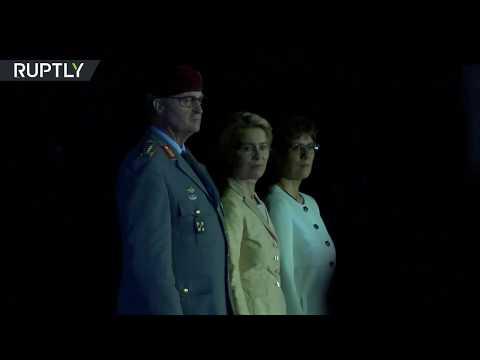 شاهد وزير الدفاع الألمانية تودع الجيش على أنغام أغنية رياح التغيير