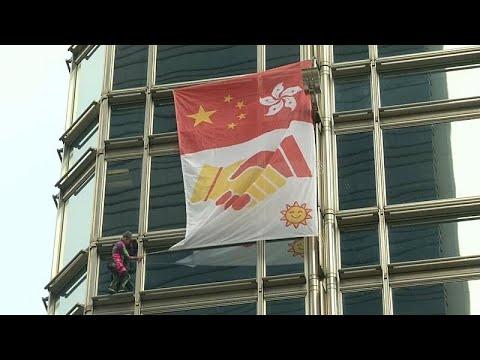الرجل العنكبوت يرفع علم السلام من ناطحة سحاب في هونغ كونغ