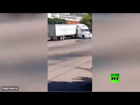شاحنة عملاقة تتدحرج بخطورة في شارع عام