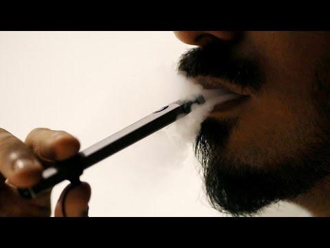 العلماء يحاولون حل لغز أمراض غامضة مرتبطة بالسجائر الإلكترونية
