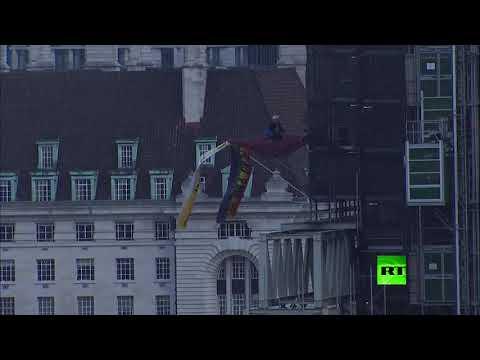 متظاهر في هيئة جونسون يتسلق مبنى مجاورا لـ بيغ بين
