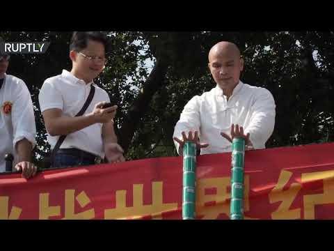 شاهد مدرب كونغ فو صيني يرفع مئة عبوة معدنية وعبوتين بلا أصابع