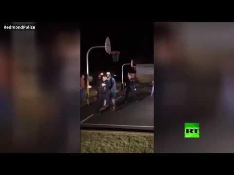 شاهد رجال شرطة يشاركون شبانَا في لعب كرة السلة