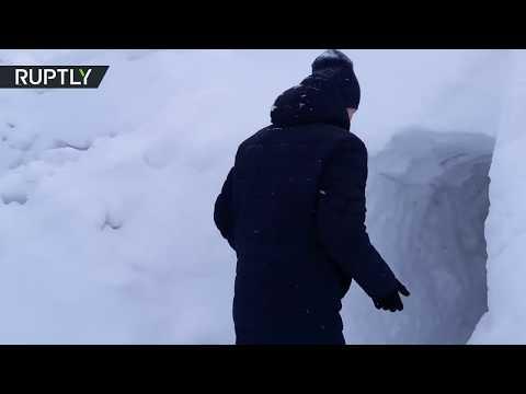 شاهجد روسي يبحث عن سيارته وراء 7 أمتار من الثلج