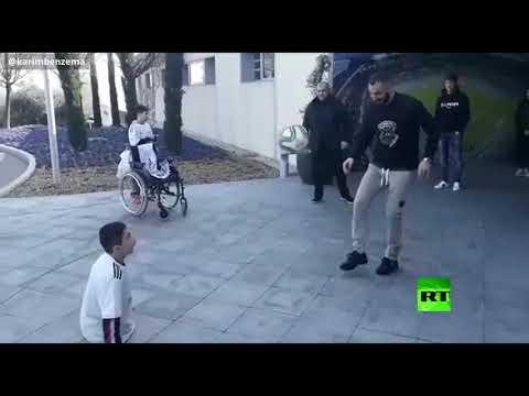 كريم بنزيما في لفتة إنسانية يلتقي الطفل علي