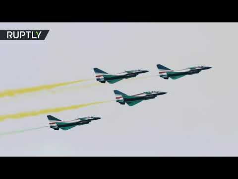 عرض مثير بمشاركة فريق جوي صيني ومقاتلات أميركية في معرض سنغافورة للطيران