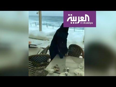 شاهد  الأمواج في جدة تدفع الصخور وتدخل المطاعم