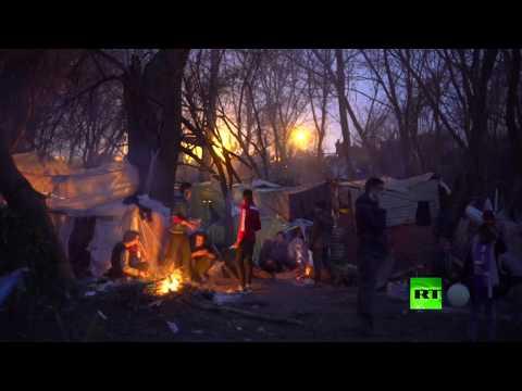 شاهد لاجئون يقتحمون سياجًا حدوديًا لليونان