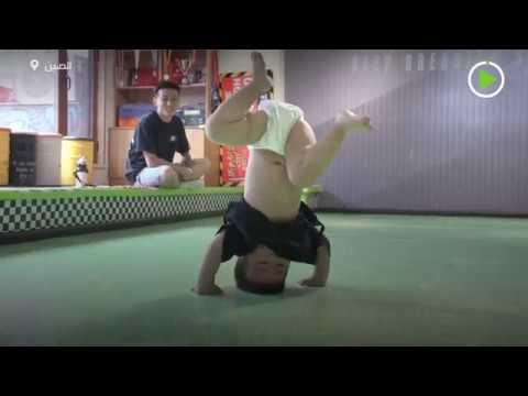 طفل 22 شهرًا فقط يحقق شهرة واسعة بحركاته الراقصة