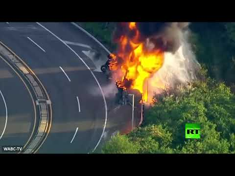 شاهد انقلاب شاحنة واندلاع حريق فيها وسط طريق سريع في نيوجيرسي