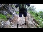 اليمن اليوم- شاهد طالب بريطاني يتسلّق الجبال بالكعب العالي