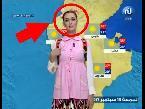 اليمن اليوم- شاهد مذيعة عربية تقدم النشرة الجوية بملابس المدرسة