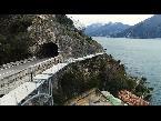 شاهد بناء جسر طائر للدراجات في أعلى بحيرة في إيطاليا